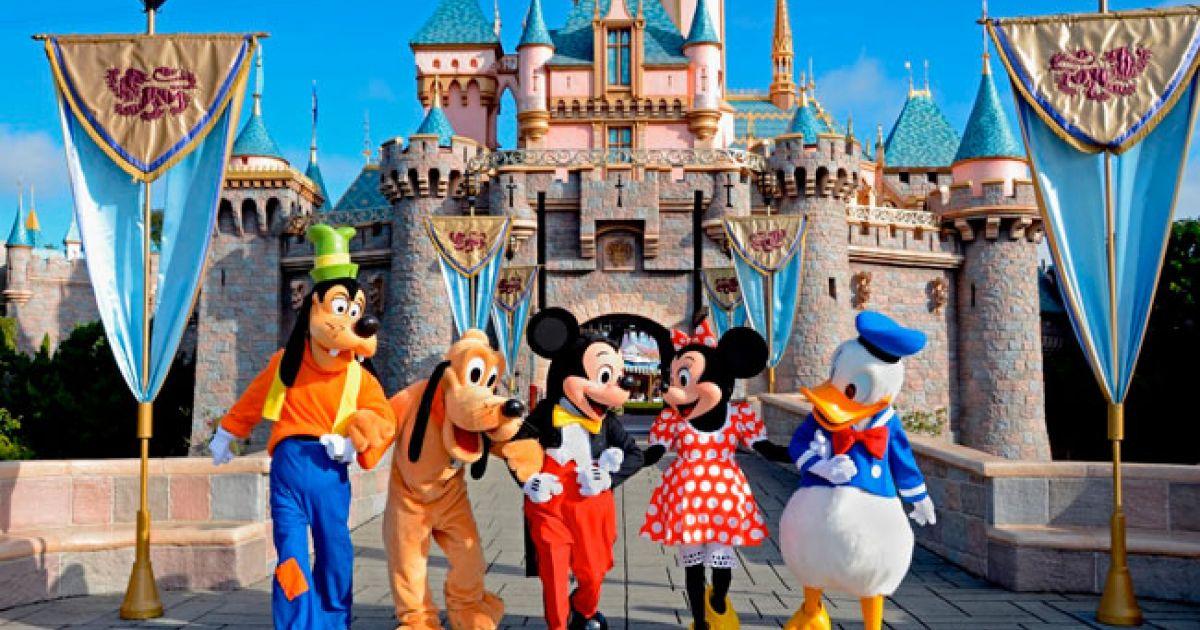 Herdeira visita Disneylândia disfarçada e fica chocada com condições de trabalho