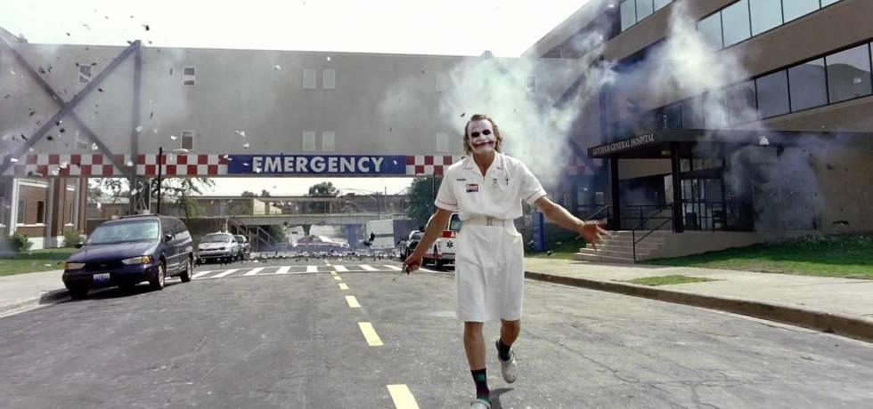 Médico faz parto no Halloween fantasiado do Coringa