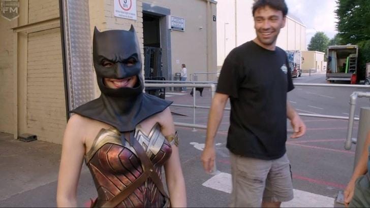 Mulher maravilha usando a máscara do Batman