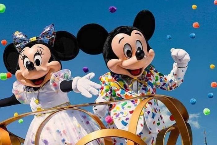 Minnie agride segurança e precisa ser contida por Mickey ePateta